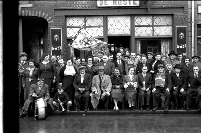 Café 'De Ruste': groepsfoto, Izegem 1957