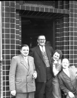 Café 'Den Nieuwen St.-Pieter': groepsfoto, Izegem 1957