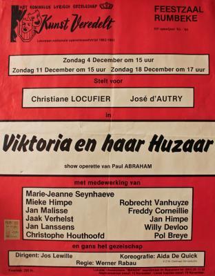 """Affiche van de Toneel- en Operetteopvoering """"Viktoria en haar Huzaar"""" door het  Roeselaars Lyrisch Gezelschap """"Kunst Veredelt"""", Roeselare, 1983"""