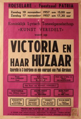 """Affiche van de Toneel- en Operetteopvoering """"Victoria en haar huzaar"""" door het  Roeselaars Koninklijk Lyrisch Gezelschap """"Kunst Veredelt"""", Roeselare, 1957"""