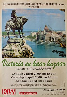 """Affiche van de Toneel- en Operetteopvoering """"Victoria en haar Huzaar"""" door het  Roeselaars Lyrisch Gezelschap """"Kunst Veredelt"""", Roeselare, 2000"""