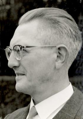 """Foto van Gerard Roose, de eerste voorzitter van het """"Tooneelgezelschap De Burgerlijke Oorlogsverminkten"""", 1930-1953."""