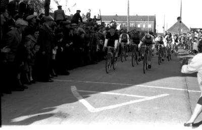 Wielerwedstrijd: spurt van achtervolgende groep, Izegem 1957