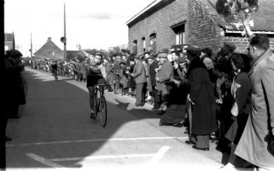 Wielerwedstrijd: spurt van kopgroep, Izegem 1957