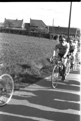Wielerwedstrijd: renners Stevens en Assez, Izegem 1957
