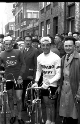Wielerwedstrijd: Fred De Bruyne poseert, Izegem 1957