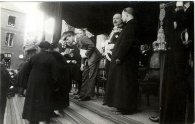 Koning Leopold III overhandigt een oorkonde aan een Roeselaarse moeder, 1937