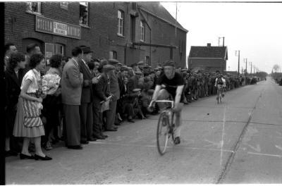 Wielerwedstrijd: spurt in Ledegem, 1957