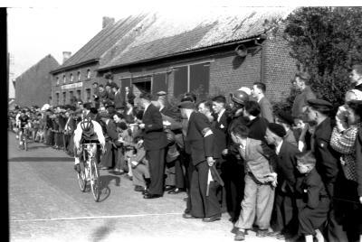 Wielerwedstrijd: spurt met twee, Izegem 1957
