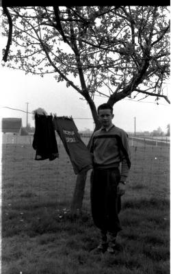 Wielrenner Pol Rosseel poseert met trui, Izegem 1957