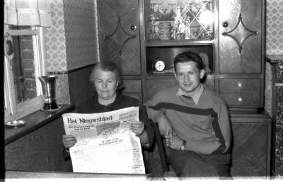 Wielrenner Pol Rosseel met moeder in een kamer, Izegem 1957