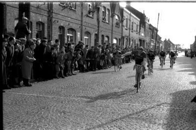 Wielerwedstrijd: Gerard Malfait wint de spurt, Ieper, 1957