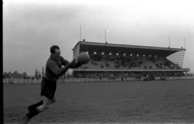 Keeper Misplon in actie tijdens voetbalmatch, Izegem 1957