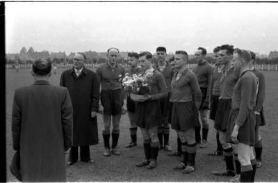 Voetbalspelers van FC Izegem tijdens spelen van Belgisch volkslied, Izegem 1957
