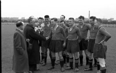 Handdruk van A. Deprez op voetbalveld, Izegem 1957