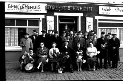 """Kampioenviering café """"'t Oud Gemeentehuis"""", Rumbeke, 1959"""