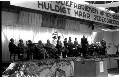 Fotoreportage 'Huldiging van gedecoreerden door firma Vandemoortele': toespraak van gouverneur Van Outryve-d'Ydewalle, Izegem 1957
