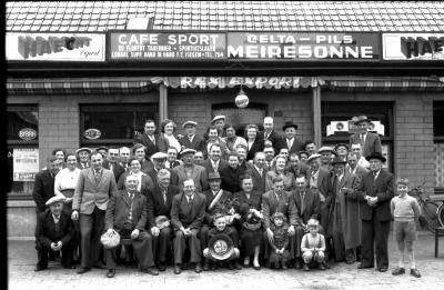 Kampioenenviering Café 'Sport': groepsfoto, Izegem 1957