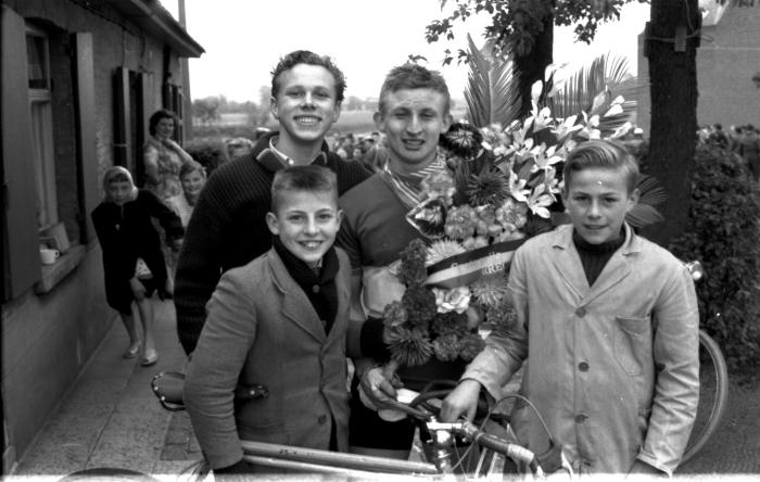 Wielerwedstrijd: Declercq bij verzorger toont bloemen, Ardooie 1957