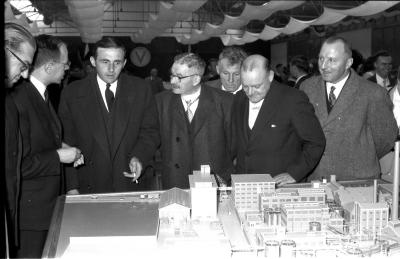 Fotoreportage 'Huldiging van gedecoreerden door firma Vandemoortele': gouverneur bij maquette fabriek Vandemoortele, Izegem 1957
