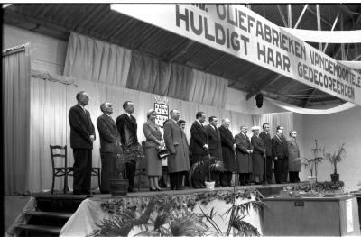 Fotoreportage 'Huldiging van gedecoreerden door firma Vandemoortele': overzicht van podium, Izegem 1957