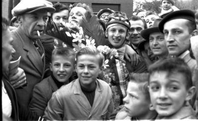 Wielerwedstrijd: Declercq kreeg bloemen, hij wordt omgeven door supporters, Ardooie 1957