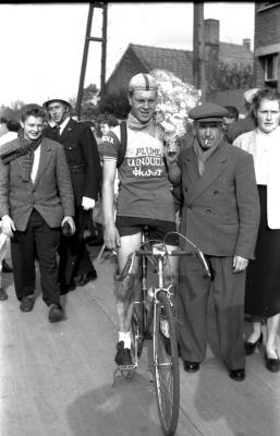 Wielerwedstrijd: Raymond Schore wint en poseert met verzorger, Roeselare 1957