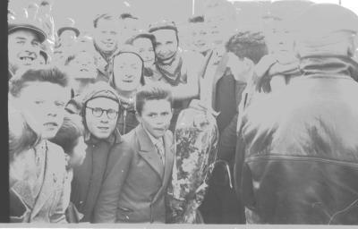 Wielerwedstrijd: Roland Deceuninck krijgt bloemen, Izegem 1957