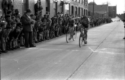 Wielerwedstrijd: Raymond Schore wint spurt, Roeselare 1957