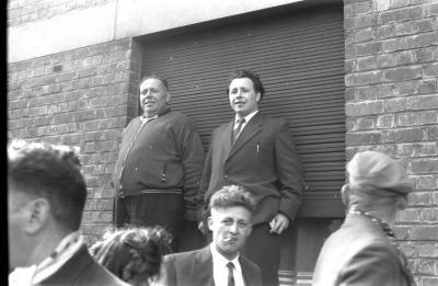 Wielerwedstrijd: Camiel Callewaert en 2 mannen op vensterbank, Roeselare 1957