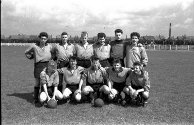 Junioren van voetbalploeg FC Brugge poseert op voetbalveld, Izegem 1957