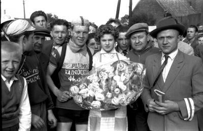 Wielerwedstrijd: Raymond Schore krijgt bloemen, Roeselare 1957