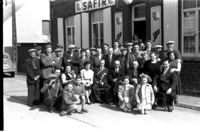 Café 'Het Wielke' : groepsfoto, Izegem 1957