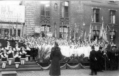 Stadspages en kinderkoor tijdens bezoek koning Leopold III, 1937