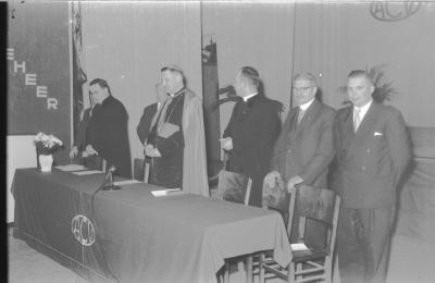 Bisschop Desmedt met leden ACV, Izegem 1957