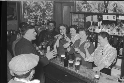 Vier meisjes achter de toog in een café, Izegem 1957