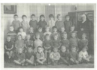 Klasfoto's derde kleuterklas samen met zuster Marie-Aimee, Gits