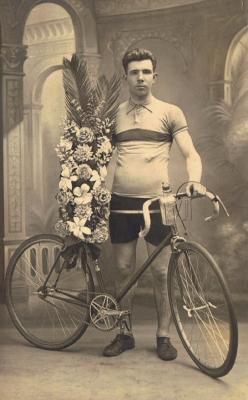 Wielrenner Gerard Maertens  uit de Onledestraat 10 Gits na de overwinning van een kermiskoers.