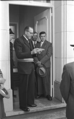 Herdenkingsviering van ACV-ACW: Burgemeester Albert Verhelst leest brief aan gemeentehuis, Kachtem 1957