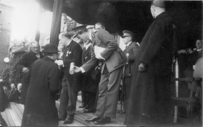 Koning Leopold III overhangt een oorkonde aan een Roeselaarse moeder, 1937