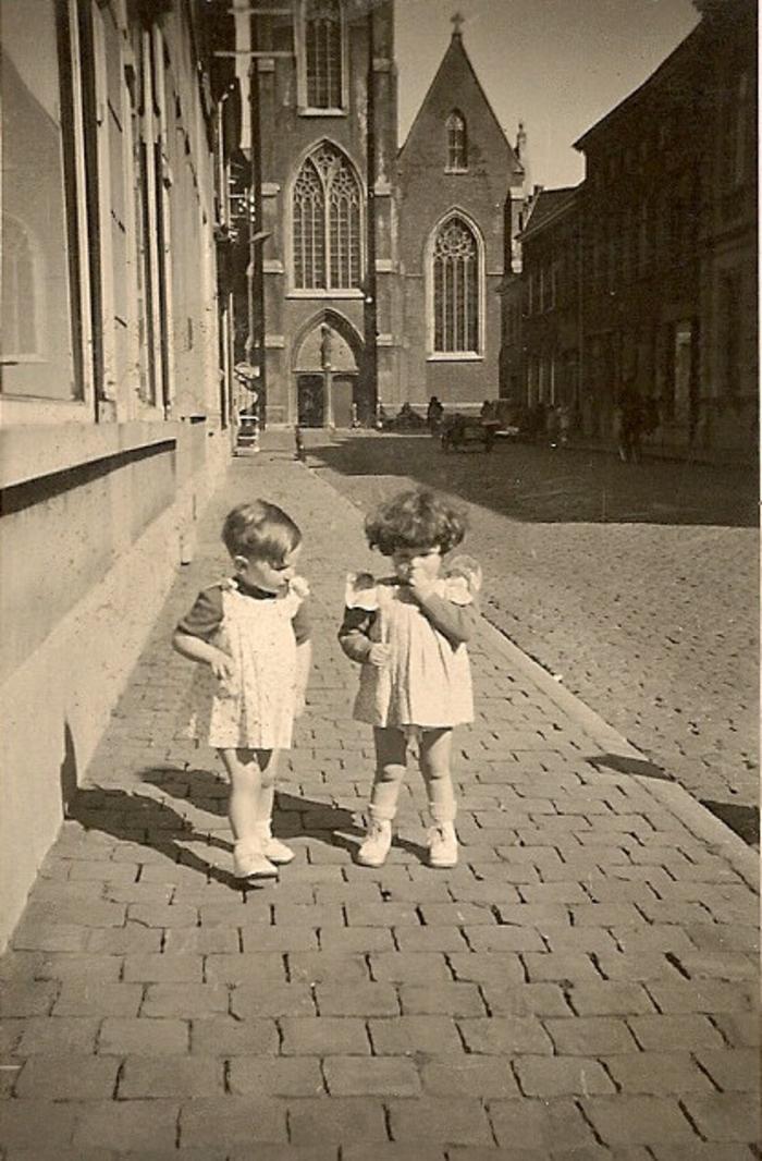 Zicht op de St Tillokerk met vooraan twee kinderen