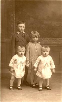 Groepsfoto van de kinderen Malfait in feestkledij