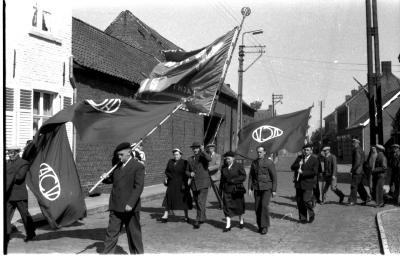 Herdenkingsviering ACV-ACW: stoet met vlaggen, Kachtem 1957
