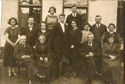 Groepsfoto van de families Carlie - Demeurisse - Vandeputte in feestkledij
