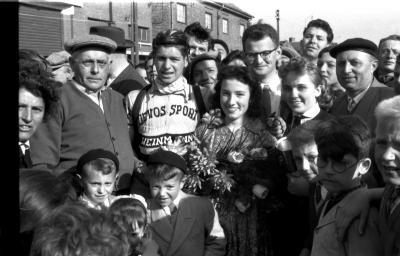 Wielerwedstrijd: Schreel krijgt bloemen en rijdt ereronde, Roeselare 1957