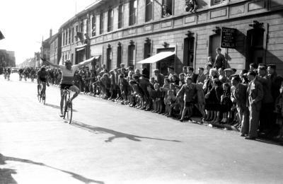 Wielerwedstrijd: Raphaël Rinnaert wint spurt, Izegem 1957