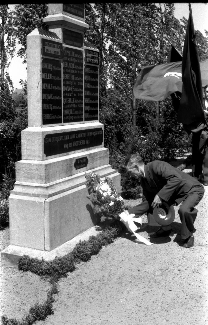 Herdenkingsviering ACV-ACW: neerleggen van bloemen aan monument voor gesneuvelden, Kachtem 1957