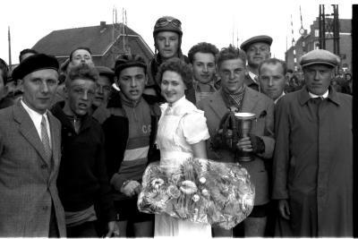 Wielerwedstrijd: Van Eeckhoutte en Assez poseren, Moorslede 1957