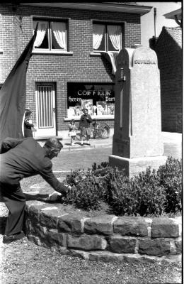 Herdenkingsviering ACV-ACW: neerleggen bloemen aan standbeeld van 9de linie, Kachtem 1957