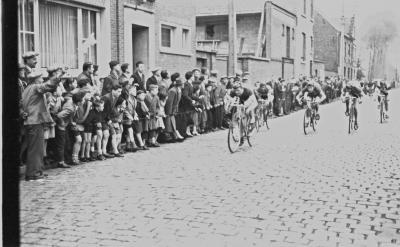 Wielerwedstrijd: spurt in Ardooie, 1957